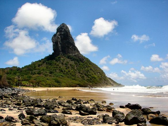 800px-Fernando_de_Noronha_Conceicao_Beach